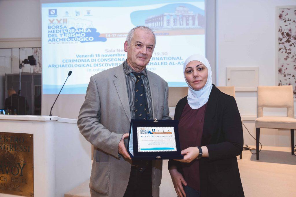 "Jonathan Adams, Preisträger des Discovery Award ""Khaled al-Asaad"" 2019 mit Fayrouz Asaad."