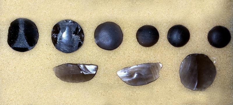 Obsidianwerkstücke. Die Analyse des Materials fand mit Hilfe von Künstlicher Intelligenz statt.