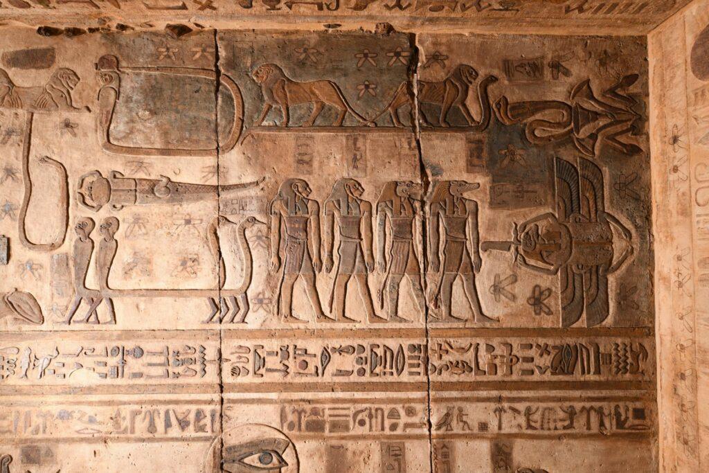 Die Decke im Tempel von Esna ist mit ägyptischen Sternbildern geschmückt.