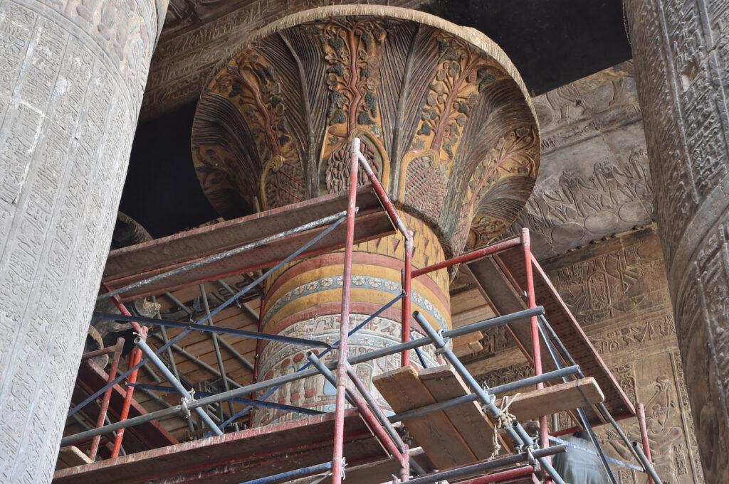 Restauriertes Säulenkapitell am Tempel von Esna.