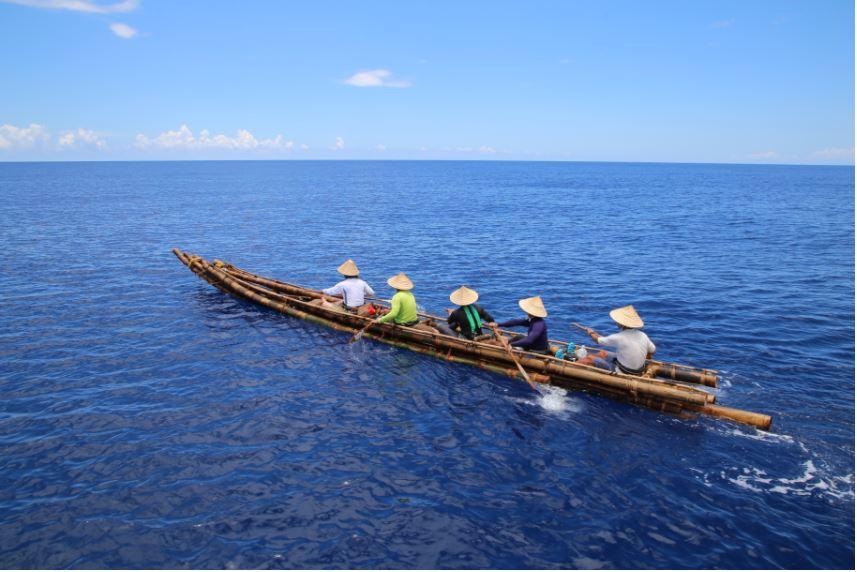 Nachgebautes Bambusboot mit Ruderern.