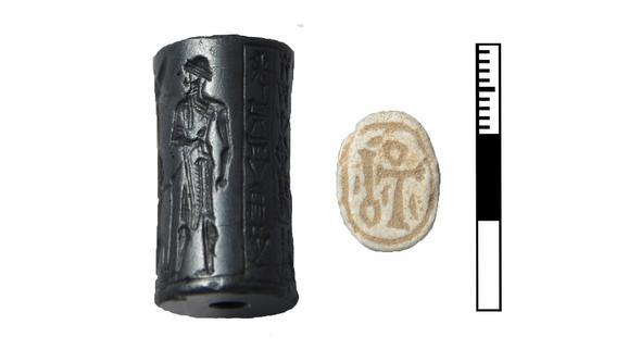 Babylonisches Siegel mit Keilschrift und ägyptischer Skarabäus