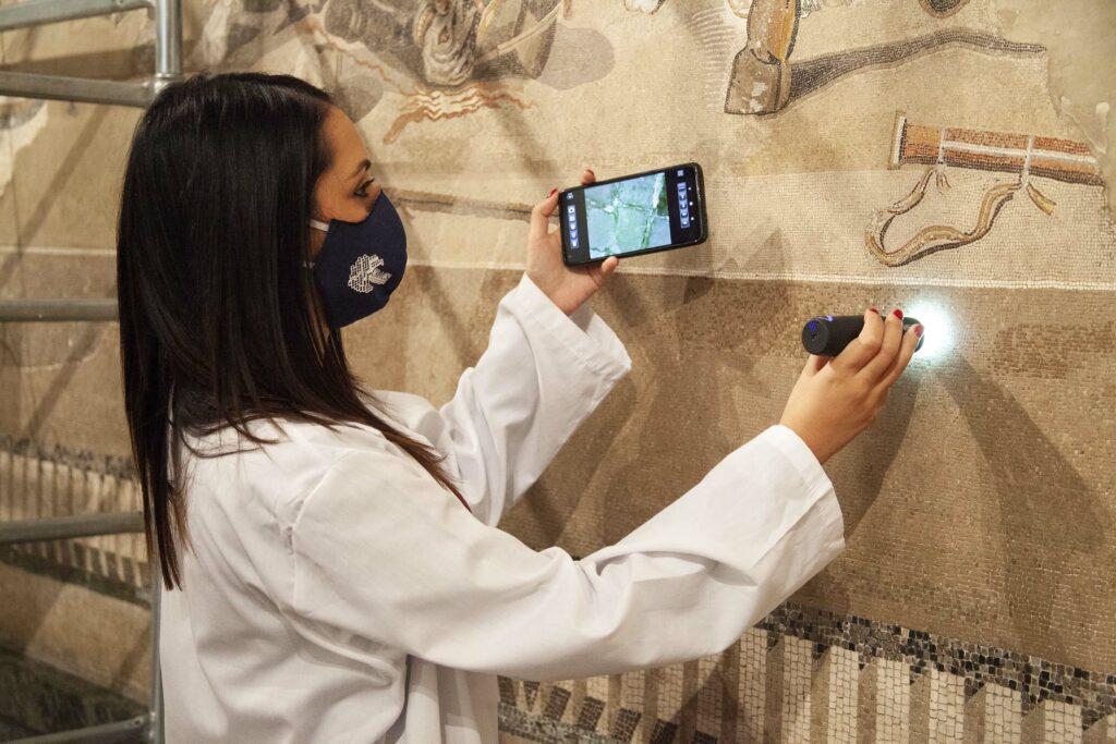 Das Alexandermosaik wird mit Hilfe einer speziellen Kamera untersucht.