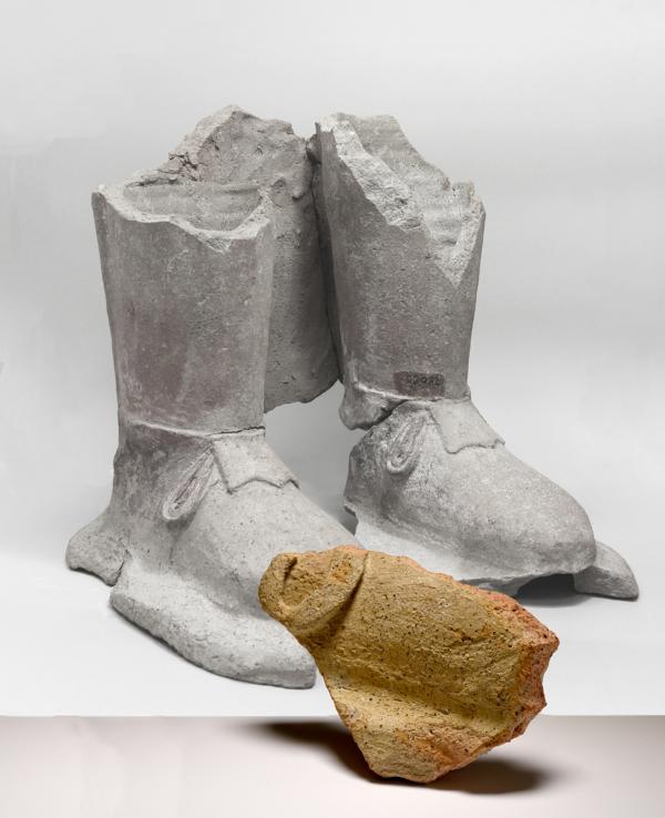 Gegenüberstellung von Schuh-Fragmenten von lebensgroßen Terrakotta-Statuen.