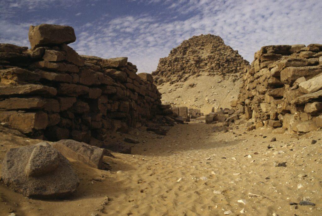 Fotografie der Pyramide und des Tempels von Nyuserre Ini in der Nekropole von Abusir, Mittelägypten.