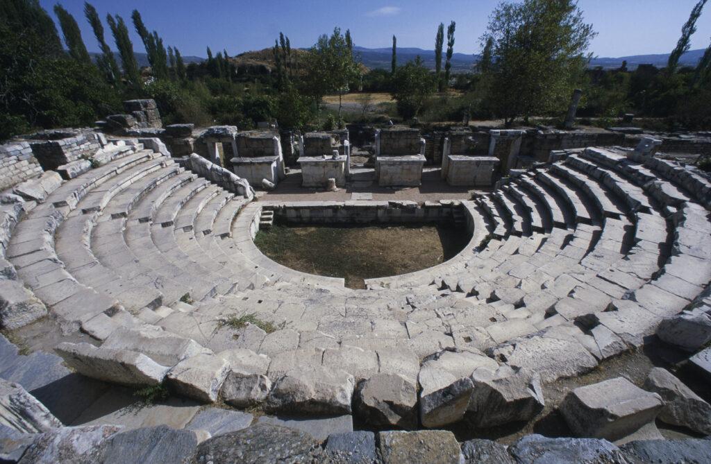 Symbolbild: die Ruinen des Odeion (überdachtes Theater) in Apdrodisias. Vor allem die stufenartigen Sitzbänke und teile des Bühnengebäudes sind sehr gut erhalten.