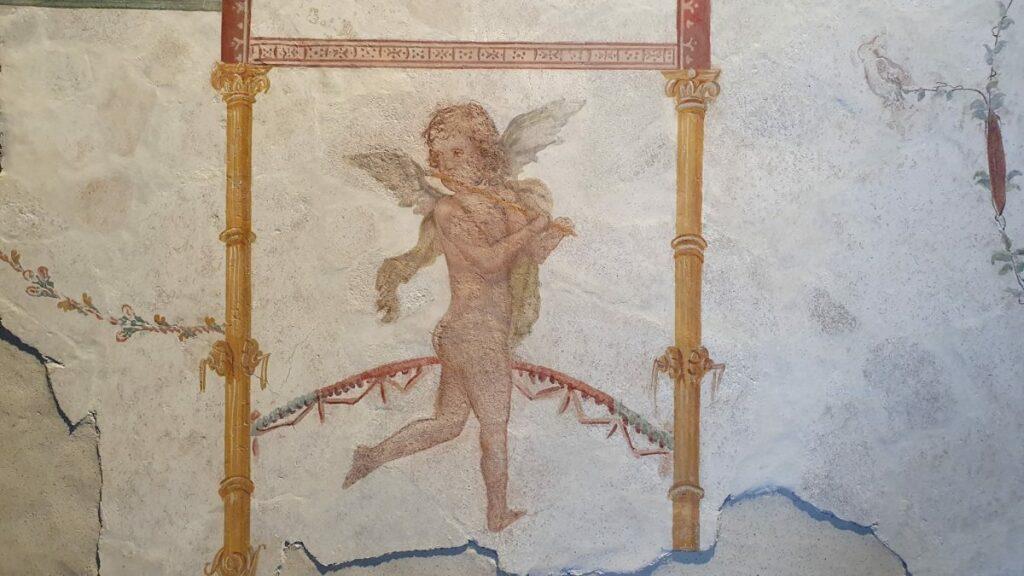 Fresken-Element das gestohlen wurde. es zeigt einen Engel mit Flöte