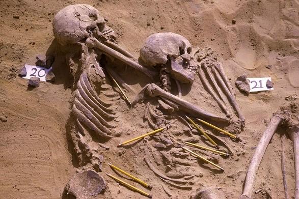 Diese Menschen verstarben nicht in einem Krieg, sondern bei einer Reihe von bewaffeneten Konflikten. Ihre Skelette sind zu sehen-