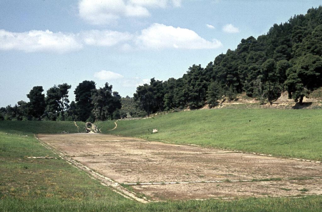 Das Stadion von Olympia im heutigen Zustand, der dem antiken Zustand weitestgehend entspricht.