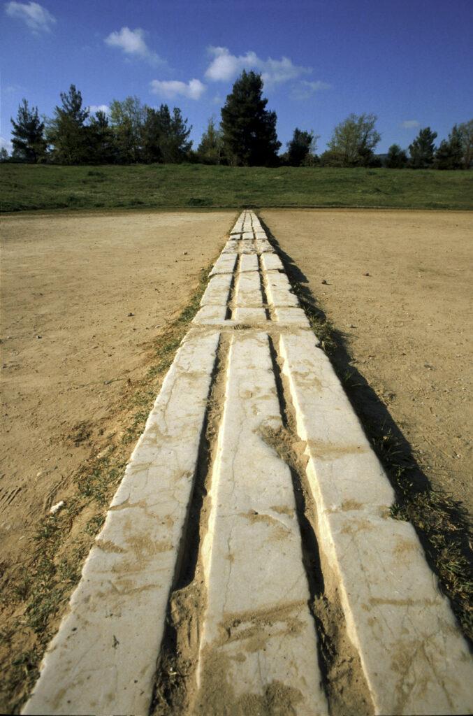 Die Startschwelle im Stadion von Olympia. Über die gesamte Länge der Vorrichtung sind zwei gleichgroße Vertiefungen/Rillen eingelassen worden.