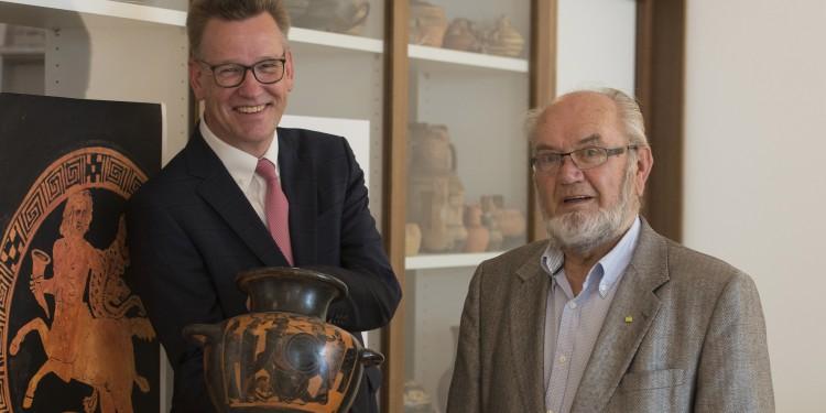 """Rektor Prof. Dr. Johannes Wessels (l.) dankte dem Sammler Dr. Dietmar Jordan für die großzügige Stiftung. Die Vase im Bild war in Münster bereits im vergangenen Jahr öffentlich zu sehen: als Leihgabe in der Ausstellung """"WeltWeit Unverzichtbar"""""""