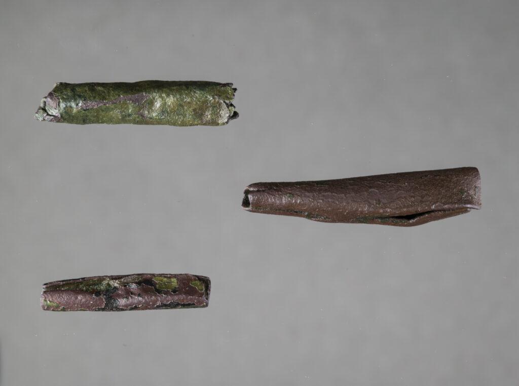 Die Ornamente sind aus Kupferblechen oder Kupferlegierungen und wurden dünn zusammengerollt. Eines der Ornamente ist mit einer leichten Schicht Grünspan überzogen. Die anderen beiden haben eine dunkelbraune Färbung.