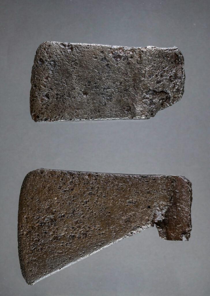 Von den Chickasaws umgearbeitete Axtköpfe. Die Axtköpfe weisen eine breite Schneide auf, die sich zum Schaft hin leicht verjüngt.