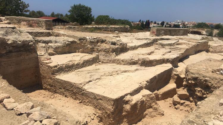 Ansicht der Eingangsrampe zum Tempel mit Stibadium im Hintergrund (rechts), Blick von Südosten (Foto. Anna Kubicka)