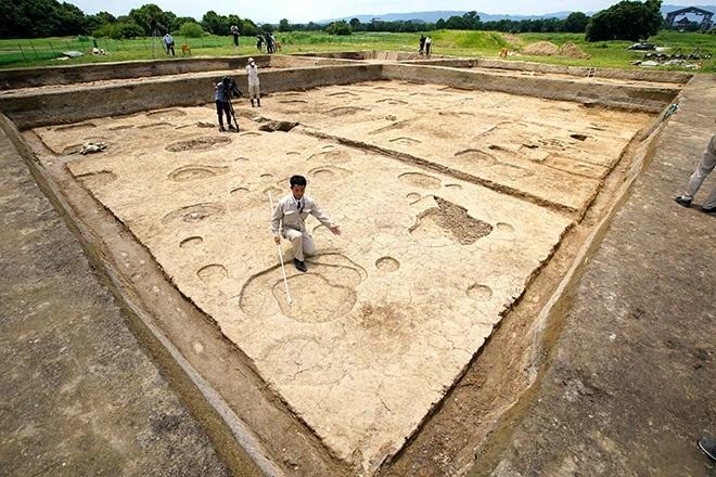 Die freigelegte Fläche in Nara weist mehrere runde und rechteckige Löcher, die auf Pfosten oder Pfeiler hindeuten könnten. Insgesamt sind vier unterschiedlich große Schnitte zu sehen, in denen die Struktur freigelegt wurde.
