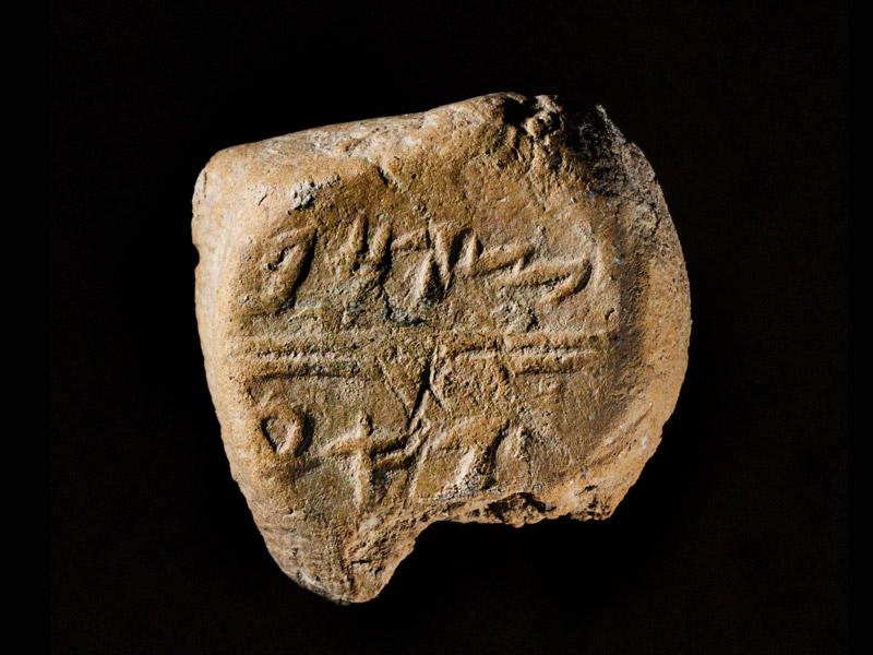 Das Siegel weist eine leicht rundliche Form auf. Die Inschrift befindet sich an der als Stempel verwendeten Seite.