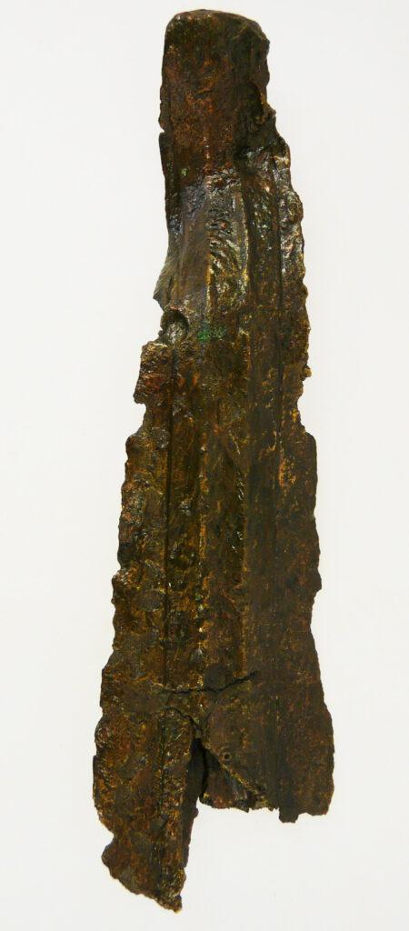 Verbogenes und demoliertes Blatt einer bronzenen Lanzenspitze aus Unteritalien. Weihgabe.