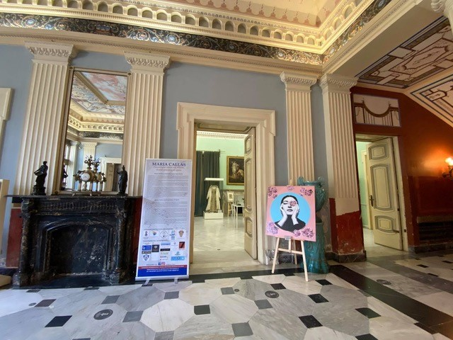 Blick in das Foyer sowie in den Ausstellungsraum im Achilleion auf Korfu.