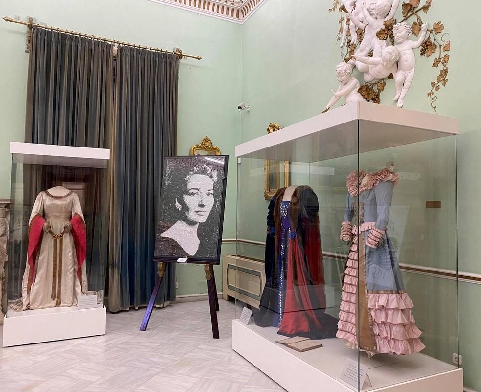 Blick in die Ausstellung. Zu sehen sind zwei Kostüme der Sängerin Maria Callas sowie ein weiteres Porträt.