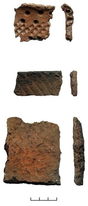 Drei Keramikfragmente, fotografiert in Frontalansicht und von der Seite. Alle drei weisen unterschiedliche Muster auf. Das obere Fragment weist ein Gittermuster und tief in den Ton gedrückte, kreisrunde Einbuchtungen auf. Das zweite Fragment weist leichte, diagonal verlaufende Rillen auf. Das dritte und größte Fragment weist keine Verzierungen auf und hat eine raue, rissige Oberfläche.