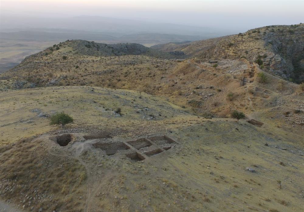Blick auf die Ausgrabungen des Hauptvierecks der Festung Uzundara 2021