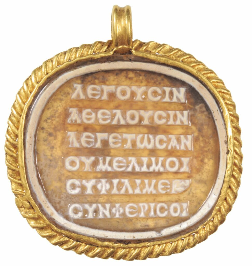 Das Gedicht ist auf einer Kamee auf einem Medaillon aus Glaspaste (2. bis 3. Jahrhundert n. Chr.) eingraviert, das in einem Sarkophag um den Hals einer verstorbenen jungen Frau im heutigen Ungarn gefunden wurde