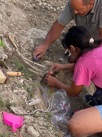 Die antike Bestattung wird ausgegraben.