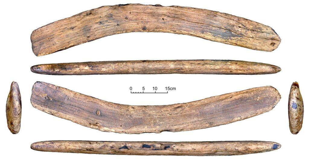 Das Objekt mit Schriftzeichen der Rongorongo-Schrift, aufgenommen aus verschiedenen Positionen.