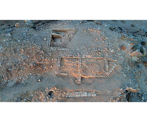 Luftbildaufnahme der Gebäude 1 und 2, von denen nur noch die Fundamente der Mauern erhalten sind. Gebäude 1 wurde nur teilweise freigelegt.